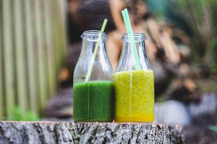 koktajl z zielonej pokrzywy i rabarbaru