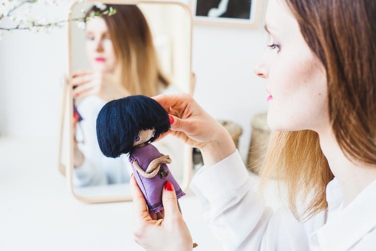 dziewczyna czesze włosy lalki totootse