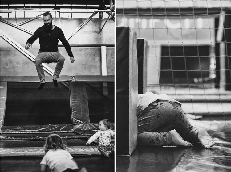 tata skacze z synem i córką po trampilinach w jump city w Gdyni