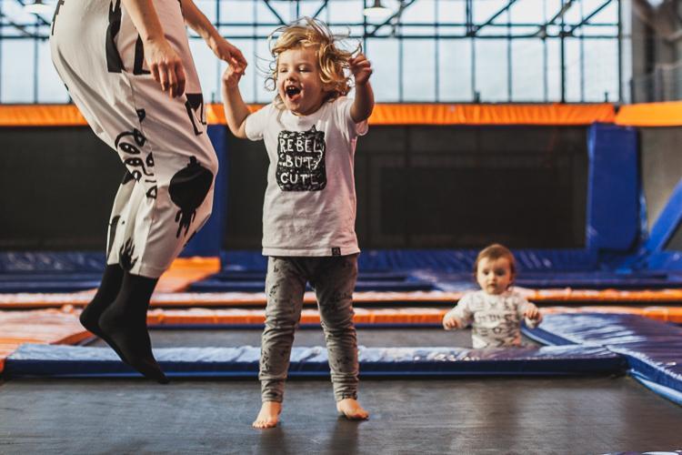 mama z synem skaczą po trampolinach w jump city w Gdyni