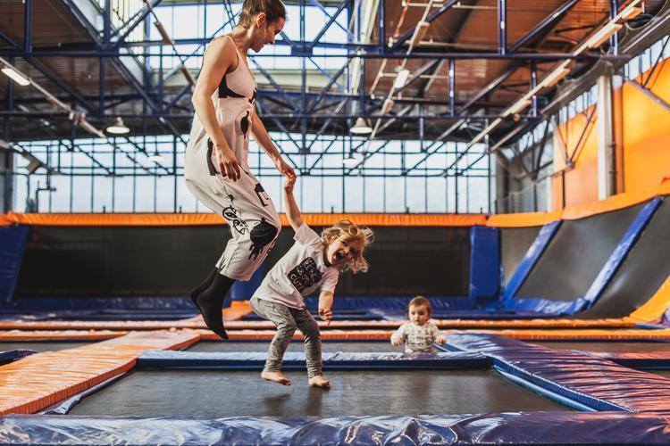 rodzina skacze po trampilinach w jump city w Gdyni