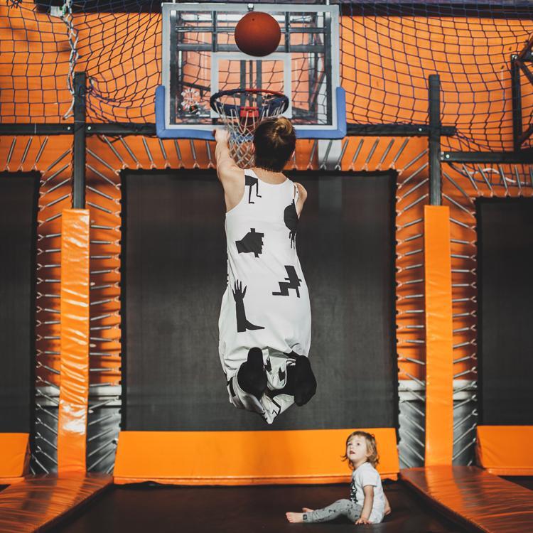 mama z synem grają w kosza na trampolinach jump city