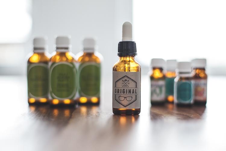 Butelka z olejkiem do brody DIY z własną etykietą