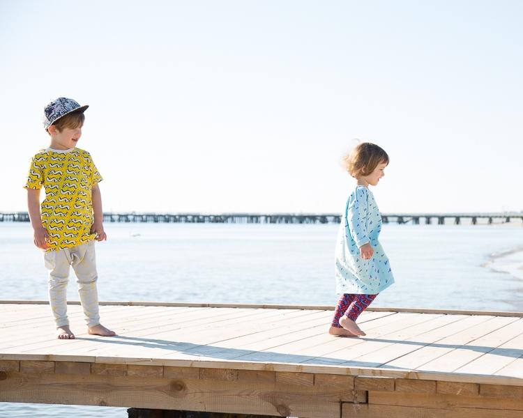 dzieci w ubraniach z letniej kolekcji Mainio