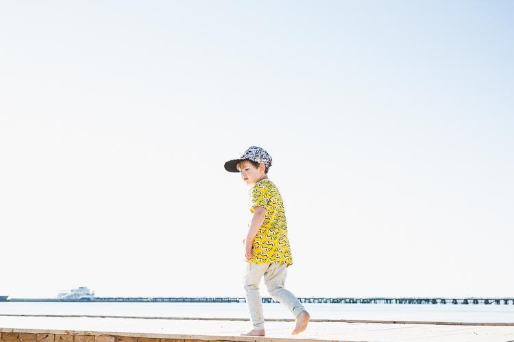 chłopiec w komiksowej koszulce Mainio na plaży w Sopocie