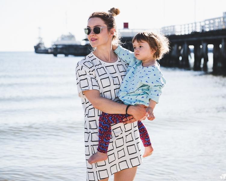 mała modelka pozuje z mamą do sesji zdjęciowej mody dziecięcej