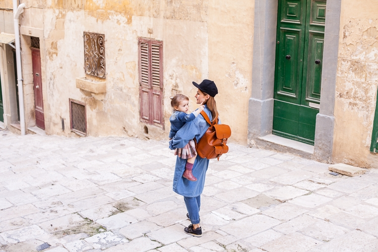 wygodny outfit na podróż dla mamy i dzieci