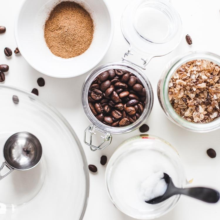 Składniki do przygotowania peelingu kawowego