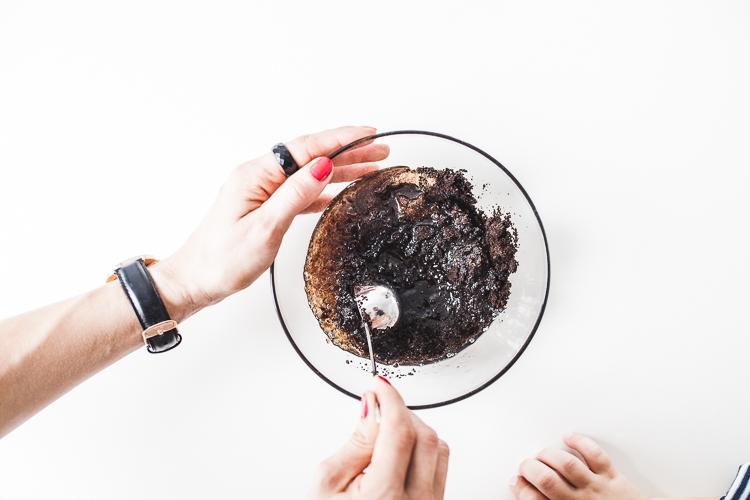Mieszanie składników peelingu z kawy, oleju kokosowego, cukru trzcinowego i cynamonu