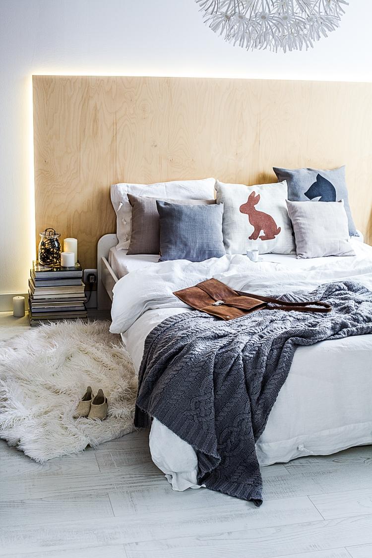 pomysł na świecące wezgłowie łóżka w sypialni z drewnianej płyty DIY