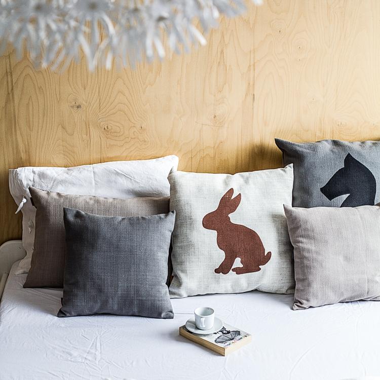 pomysł na poduszki dekoracyjne z lnu na łóżku w sypialni