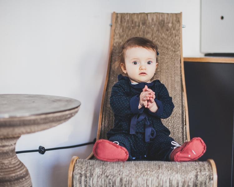 mała dziewczynka w granatowym kombinezonie grain de chic