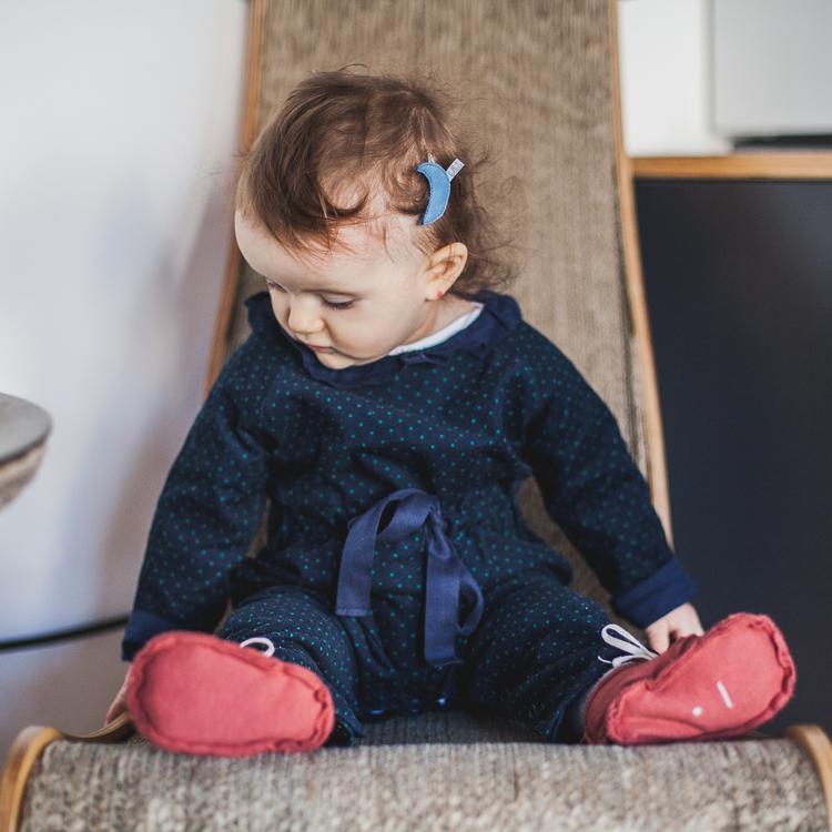 mała dziewczynka w granatowym kombinezonie grain de chic i bordowych bucikach gray label