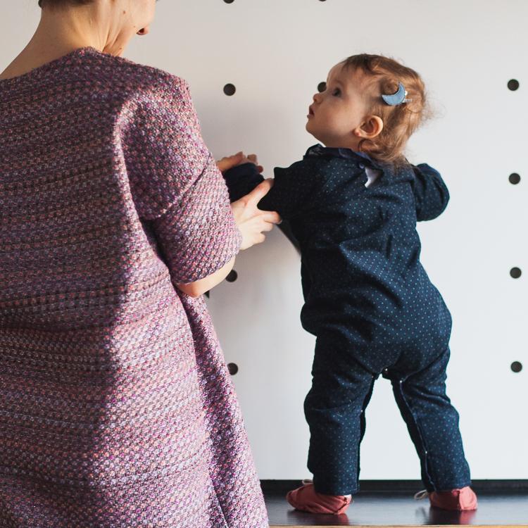 dziewczynka w pięknym granatowym kombinezonie grain de chic i bordowych bucikach gray label