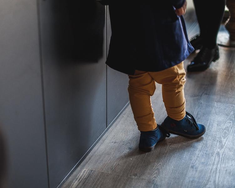 jasno żólte spodnie mon chou w stylizacji z niebieskimi butami mrugała
