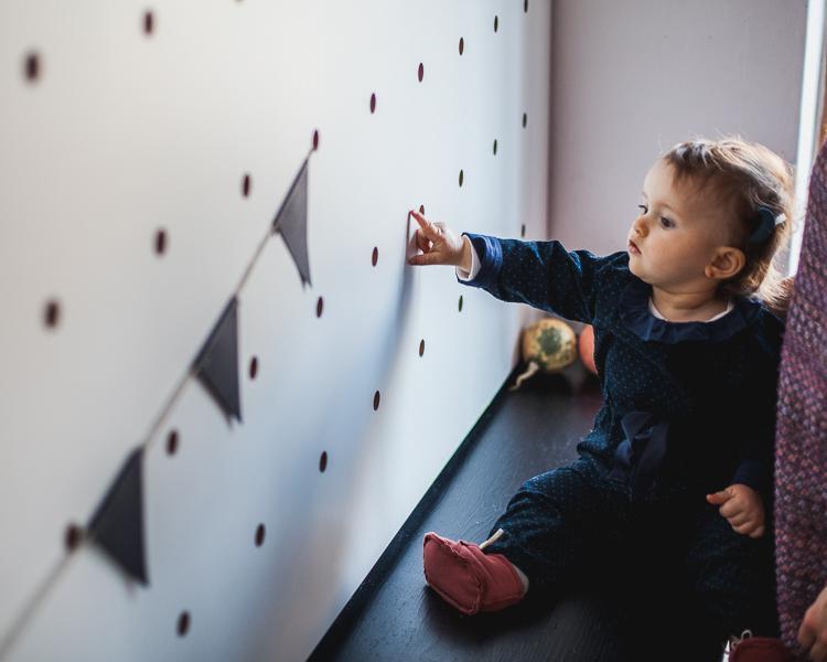 malutka dziwczynka przygląda się proporczykom w kawiarni drukarnia w Gdańsku przy ul. Mariackiej