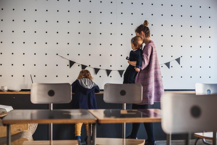 mama z synem i córką bawią się w kawiarni drukarnia przy ul. Mariackiej w Gdańsku