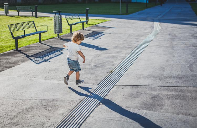 chłopiec biegnie po nowej ścieżce przy nowym Gdyńskim Centrum Filmowym