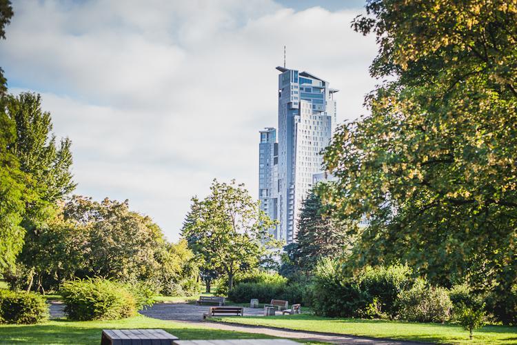 widok z  Parku Rady Europy w Gdyni na wieżowiec Sea Towers