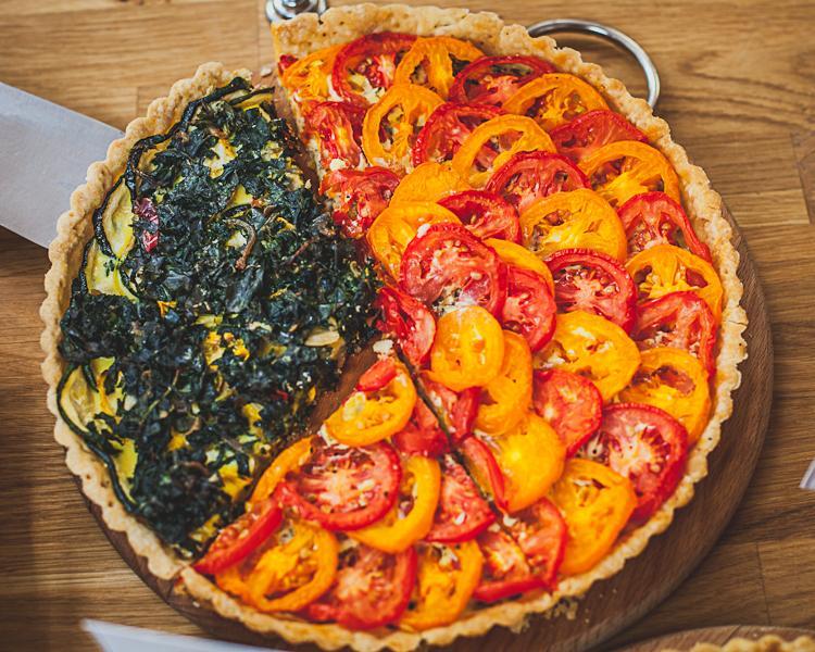tarta z pomidorami i szpinakiem z farmy Przytoki w eko delikatesach Oficyna w Gdyni