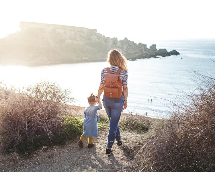 Denimowy outfit mamy i córki By The Moon z butami Mrugała skarpetkami collegien i skórzanym plecakiem Vooc
