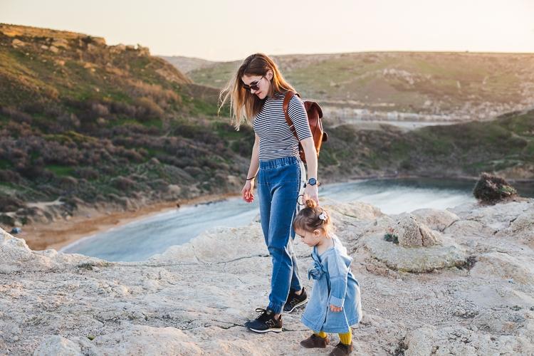 Denimowy outfit mamy i córki By The Moon z butami Mrugała i skórzanym plecakiem Vooc