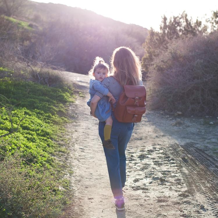 Mama z córką spacerują po Riviera Bay na Malcie
