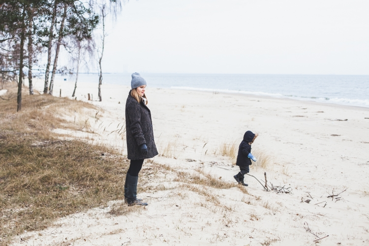 mama z dzieckiem na plaży zimą
