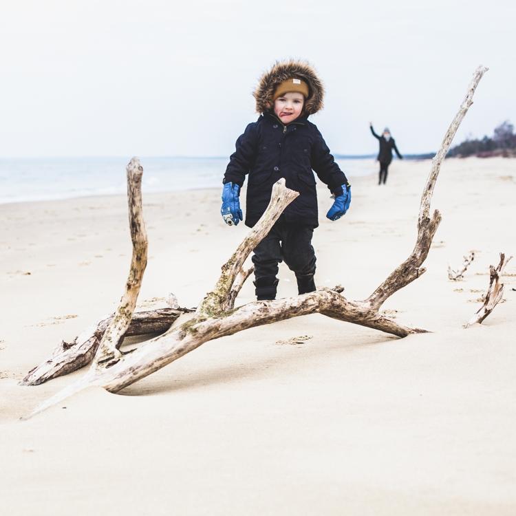 chłopiec zimą na plaży