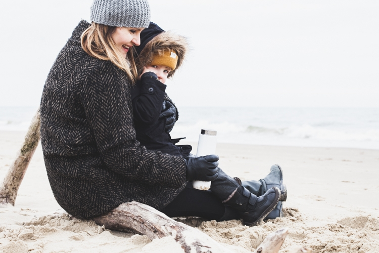 rodzina piknikuje zimą na plaży