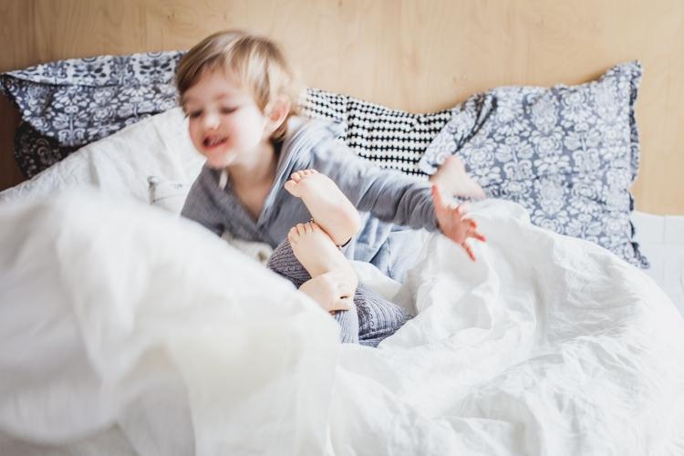 rodzeństwo bawi się na łóżku rodziców