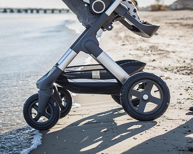 pompowane koła terenowego wózka stokke trailz jadą po piaszczystej sopockiej plaży