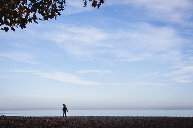 mały chopiec samotnie spaceruje po plaży w sopocie