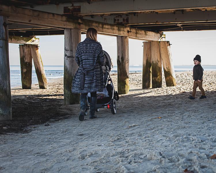 mama z córką i synem przechodzą pod drewnianą konstrukcją sopockiego molo