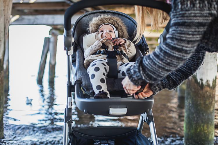 malutka dziewczynka w czarnych skórzanych bucikach siedząca w wózku trailz stokke