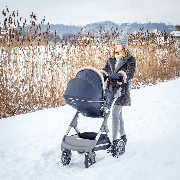 zimowy spacer z wózkiem po głębokim śniegu