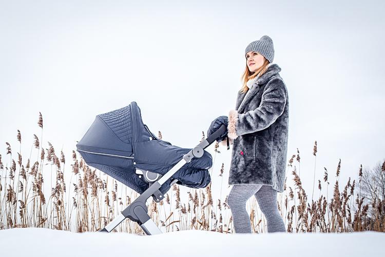 mam na spacerze z maleńką córką w mroźny dzień