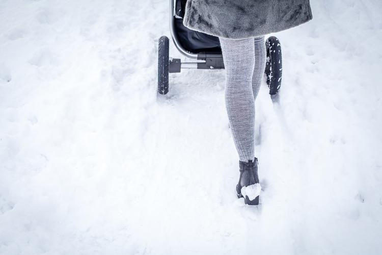 spacer po głębokim śniegu z ocieplonym wózkiem stokke