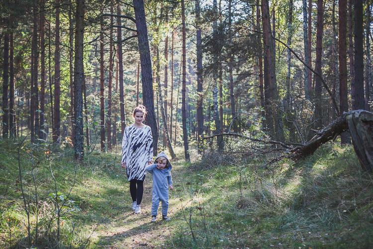 mama spaceruje z synem po leśnej ścieżce