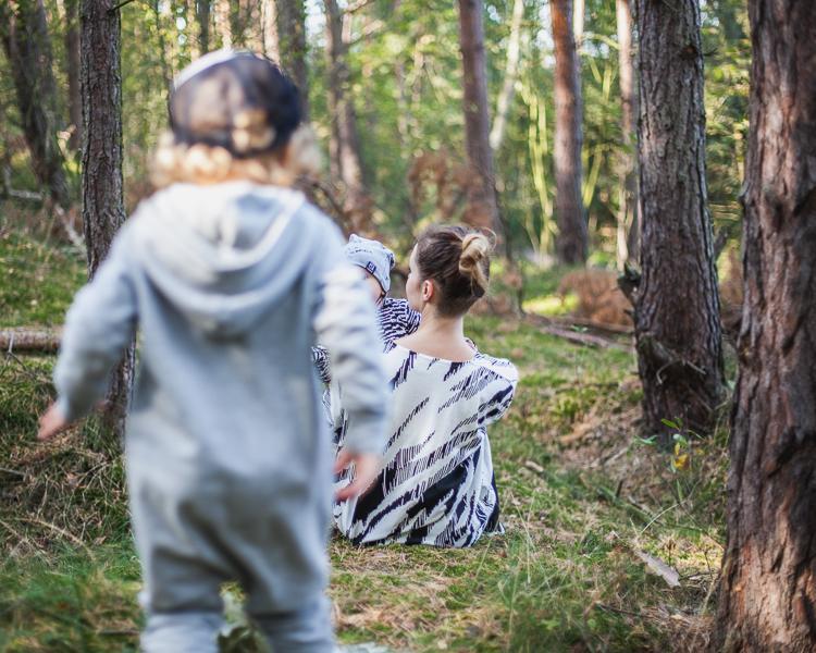 radosna rodzina bawi się na leśnej polanie