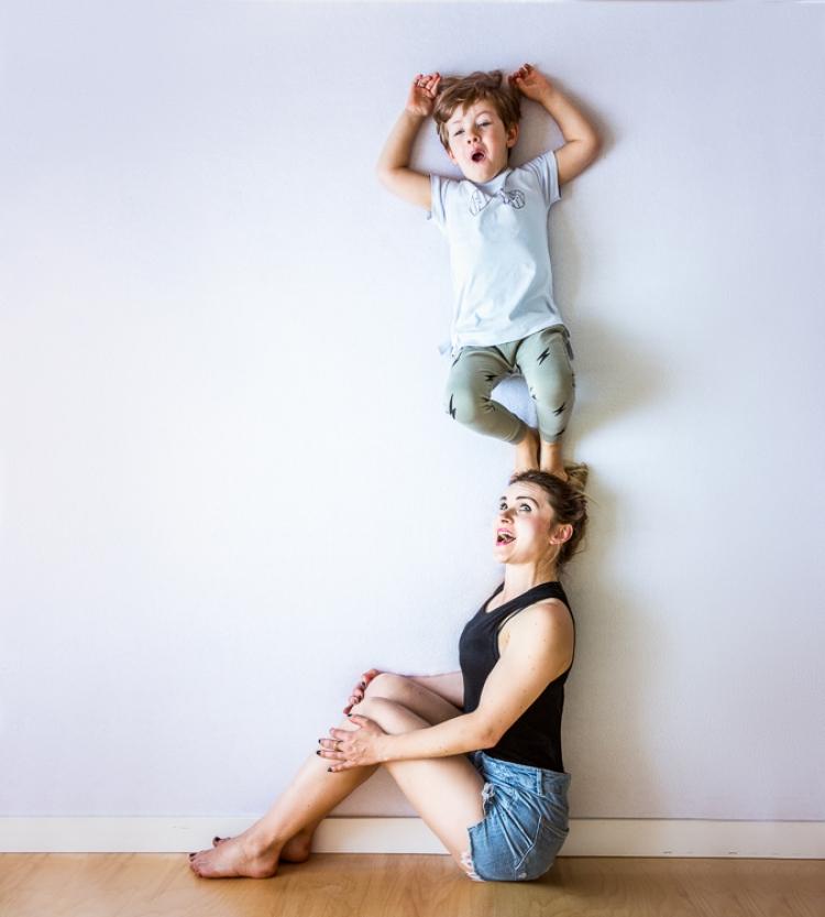 szczęśliwa rodzinna sesja zdjęciowa z latającymi dziećmi