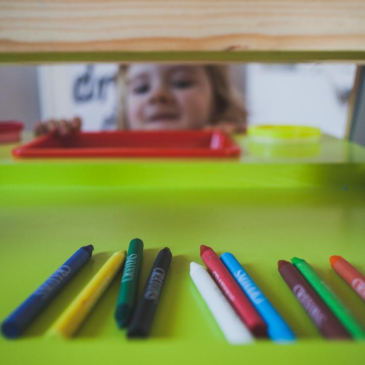 kolorowe kredki w uchwycie tablicy janod