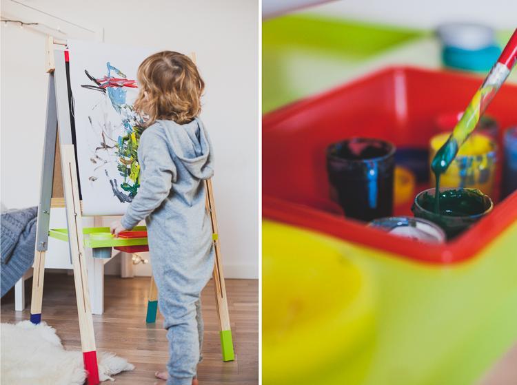 trzylatek maluje fabrami plakatowymi przy tablicy graffitti janod