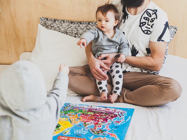 tata z córką układają magnetyczną mapę świata janod