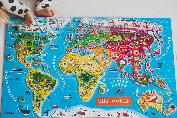 ułożona kolorowa magnetyczna mapa świata janod