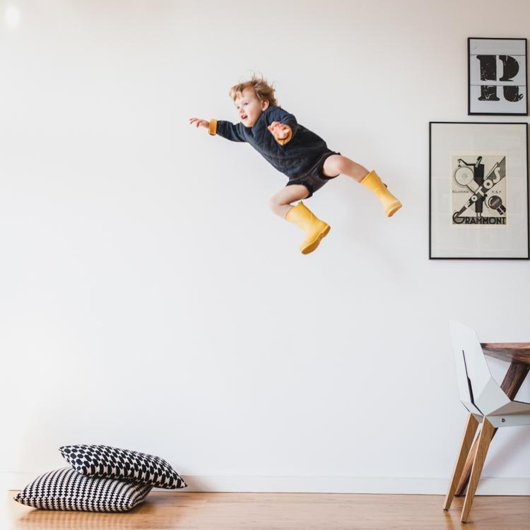 kreatywna zabawy z dziećmi w bezpieczne skakanie nad poduszkami