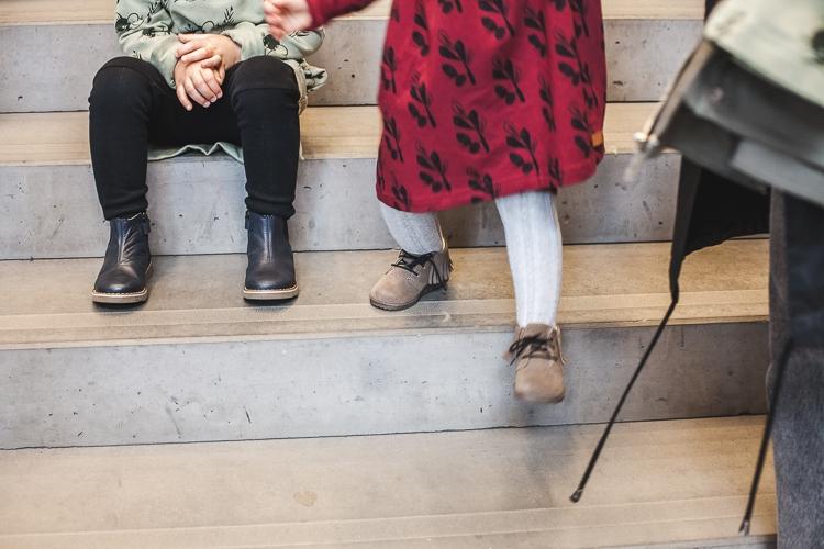 dzieci siedzące na schodach