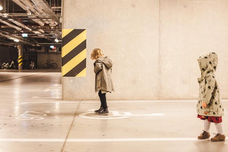 dzieci w garażu podziemnym w jesiennych outfitach zazuzulla mrugala