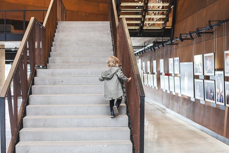 chłopiec w parce na schodach