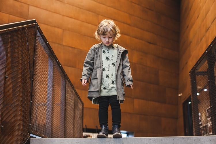 chłopiec w ecs w jesiennym outficie